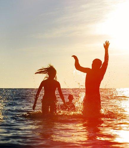 Kristine hopper i havet